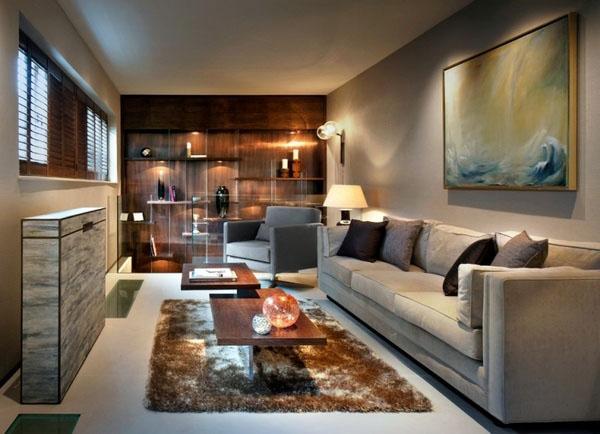 Элегантные длинные диваны, настенные полки, нейтральные цвета.