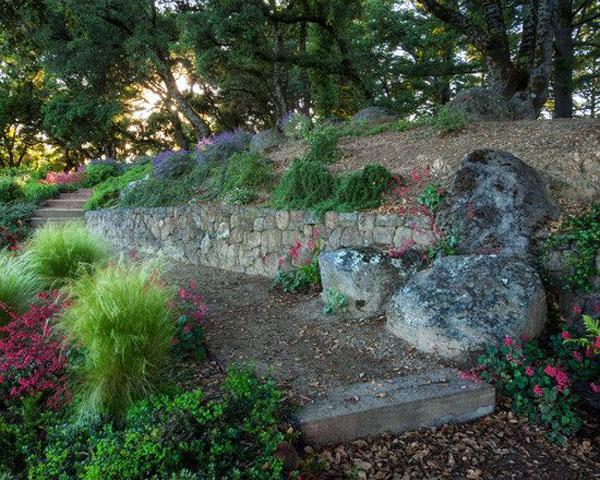 Традиционные каменные подпорные стены, идеи ландшафтного дизайна. Великолепное озеленение с каменными блоками.