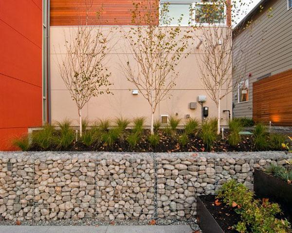 Красивый пейзаж с бетонными подпорными стенами.