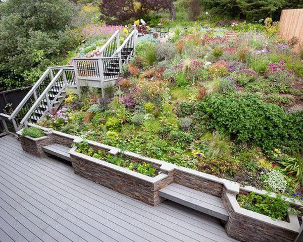 Потрясающий пейзаж деревянной лестницы на балконе. Впечатляющая вертикальная садовая стена.