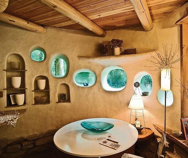 Гостиная столовая глиняного дома.