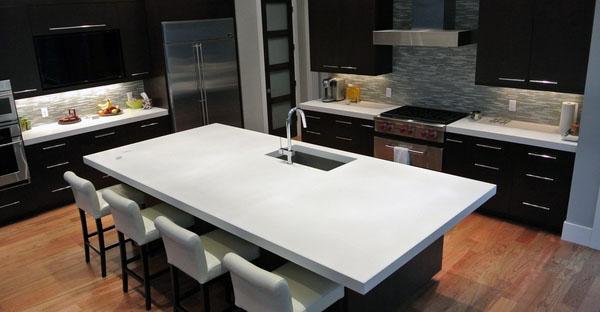 белый кухонный остров столешницы