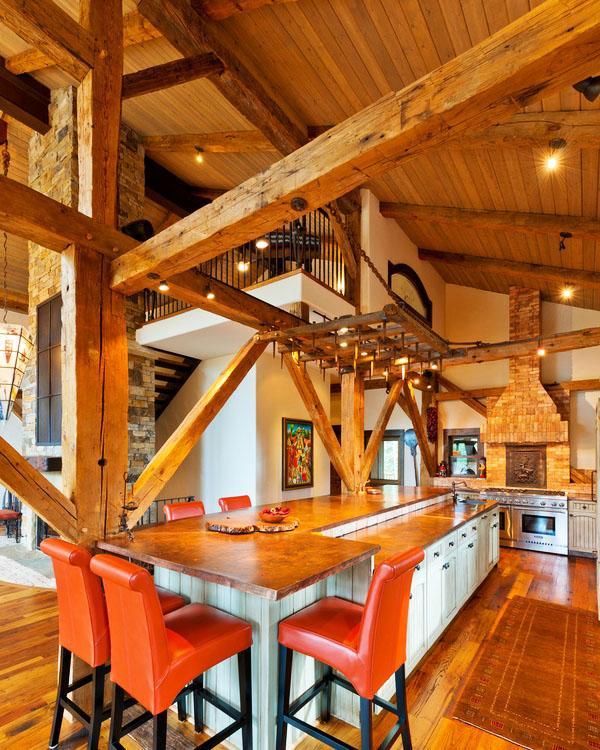деревенская кухня, окрашенная бетонная столешница белые шкафы деревянные полы.