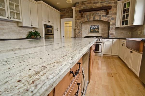 кухонные грани гранитные столешницы натуральный камень стены деревянные шкафы