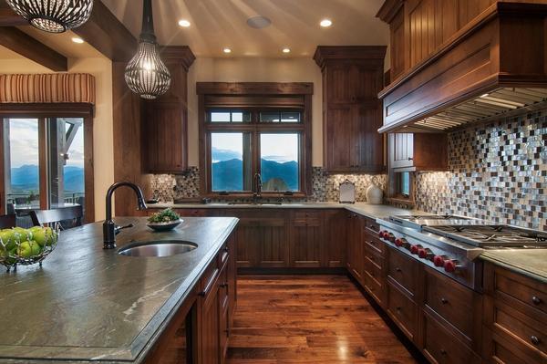 деревенский-кухонный дизайн выветрившийся гранит столешницы деревянные полы темные деревянные шкафы