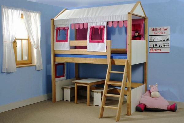 маленькая двухъярусная кровать.