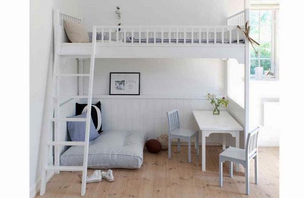 Маленькая мебель в детскую с письменным столом.
