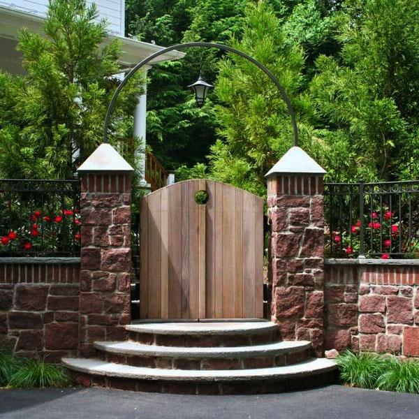 Арочные деревянные садовые ворота фото