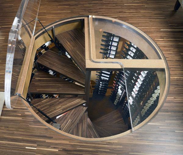 Привлекательная лестница «пропеллер» ведет в винный погреб