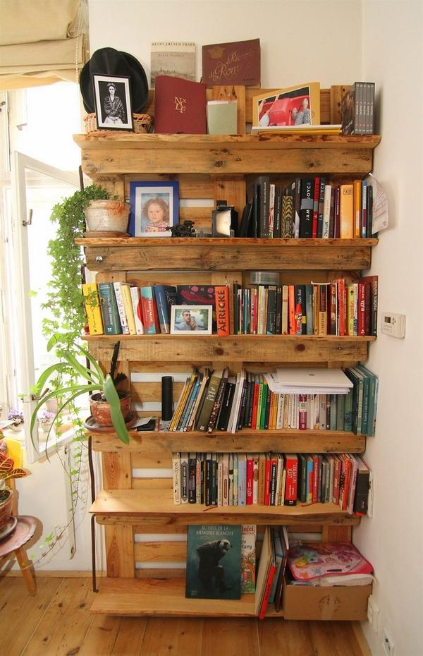 Идеи книжной полки из поддонов