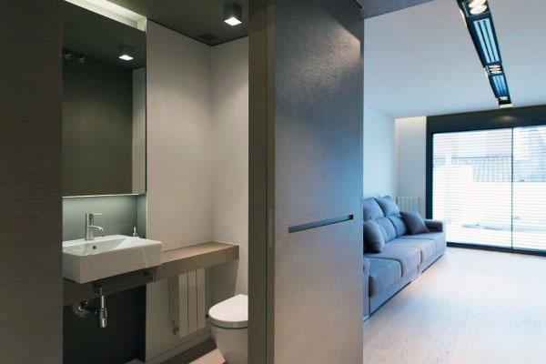 В коридоре встроена небольшая ванная комната.