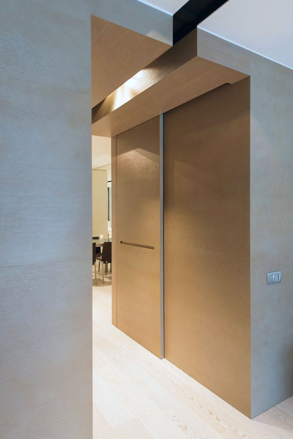 Длинный коридор соединяет жилую площадь и современную кухню.