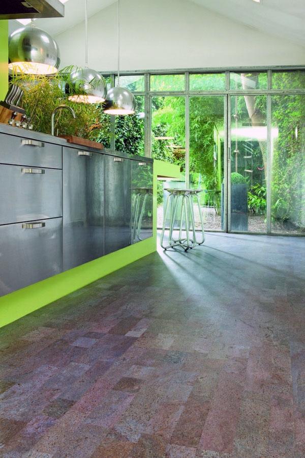 Современный дизайн кухни имеет облицовочную плитку из пробки.