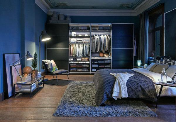 Синий цвет в спальне холостяка.
