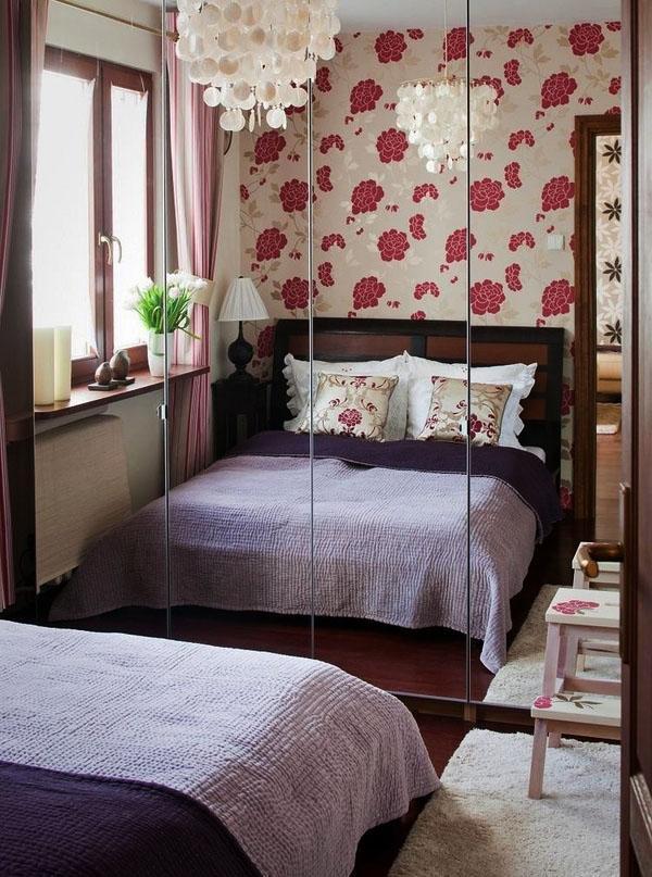 Маленькая спальня с большим зеркальны раздвижным шкафом