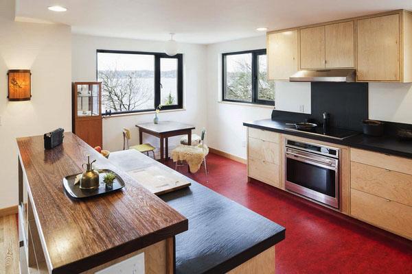 современные кухонные деревянные шкафы красный пол линолеум