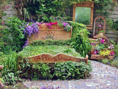 Растения на старой кровати