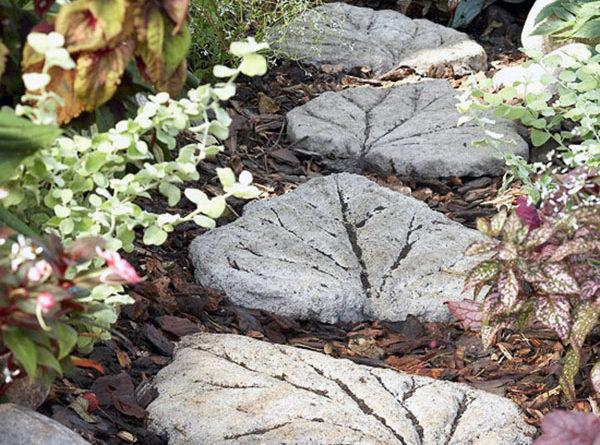 Садовая дорожка из каменных листоев