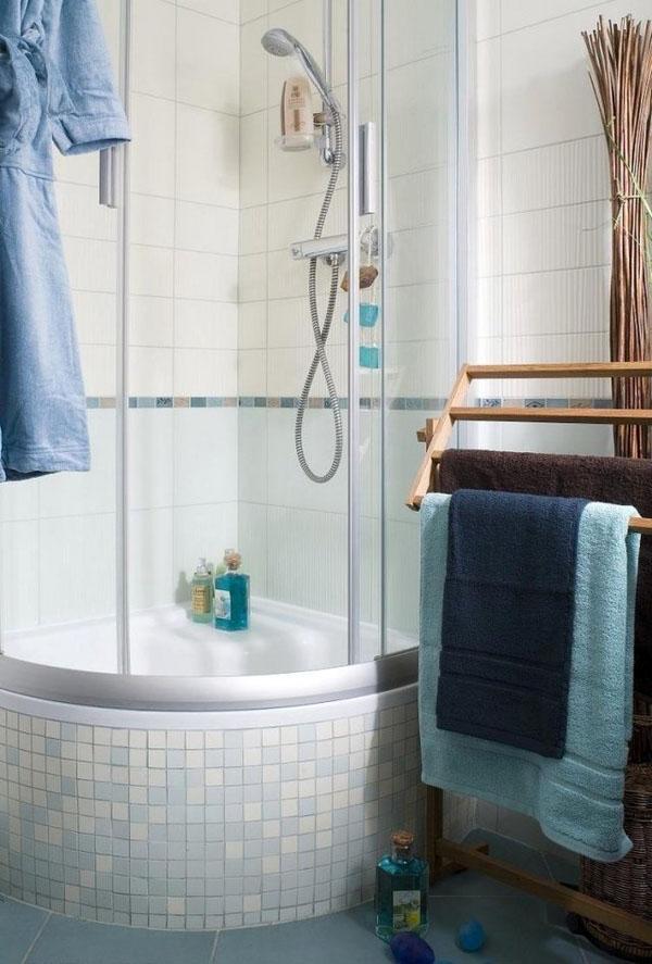 угловой душ, небольшая ванная