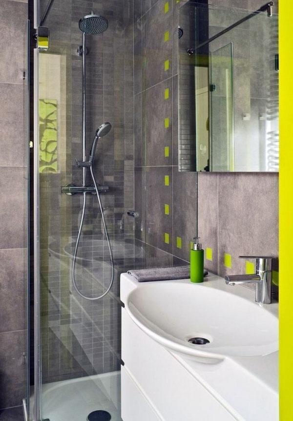 небольшой душ в красивой золотистой ванной комнате в серо-зеленой ванной комнате.