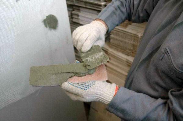 Наносим клей на декоративный камень, способы