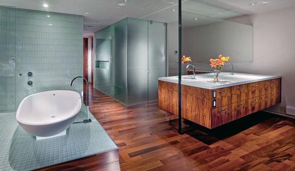 Пол деревянный в ванной смотрится отлично