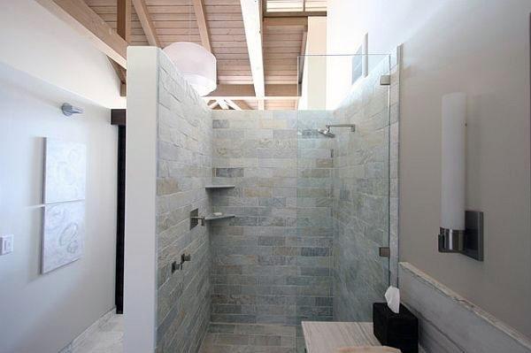 Маленькая ванная сос теклянной перегододкой в душе