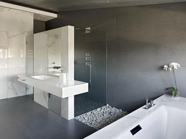 Ванная с мраморной плиткой и стеклянной перегородкой