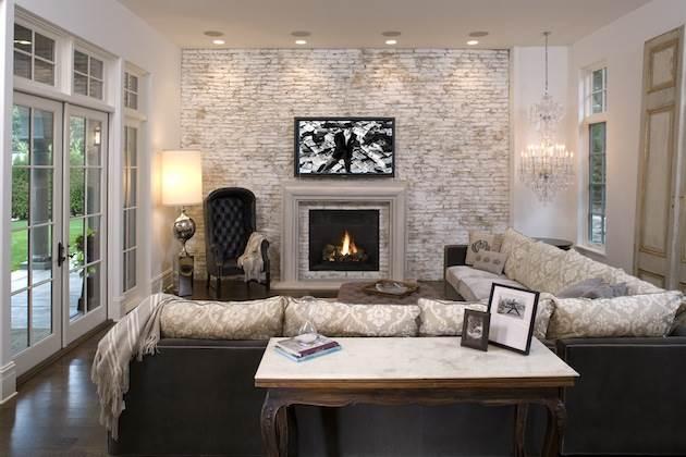 Белая кирпичная стена в интерьере современной квартиры16