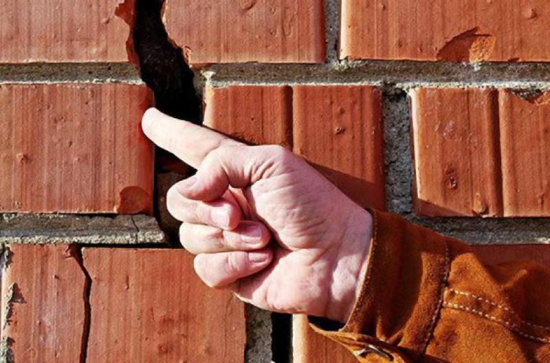 Как заделать трещину в кирпичной стене