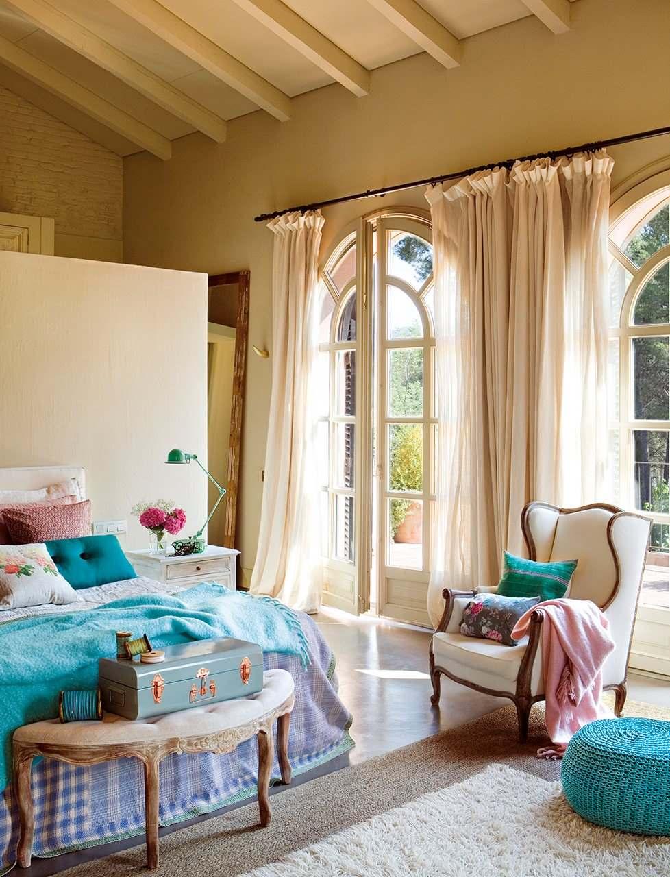Красивая бежево-голубая спальня в винтажном стиле1