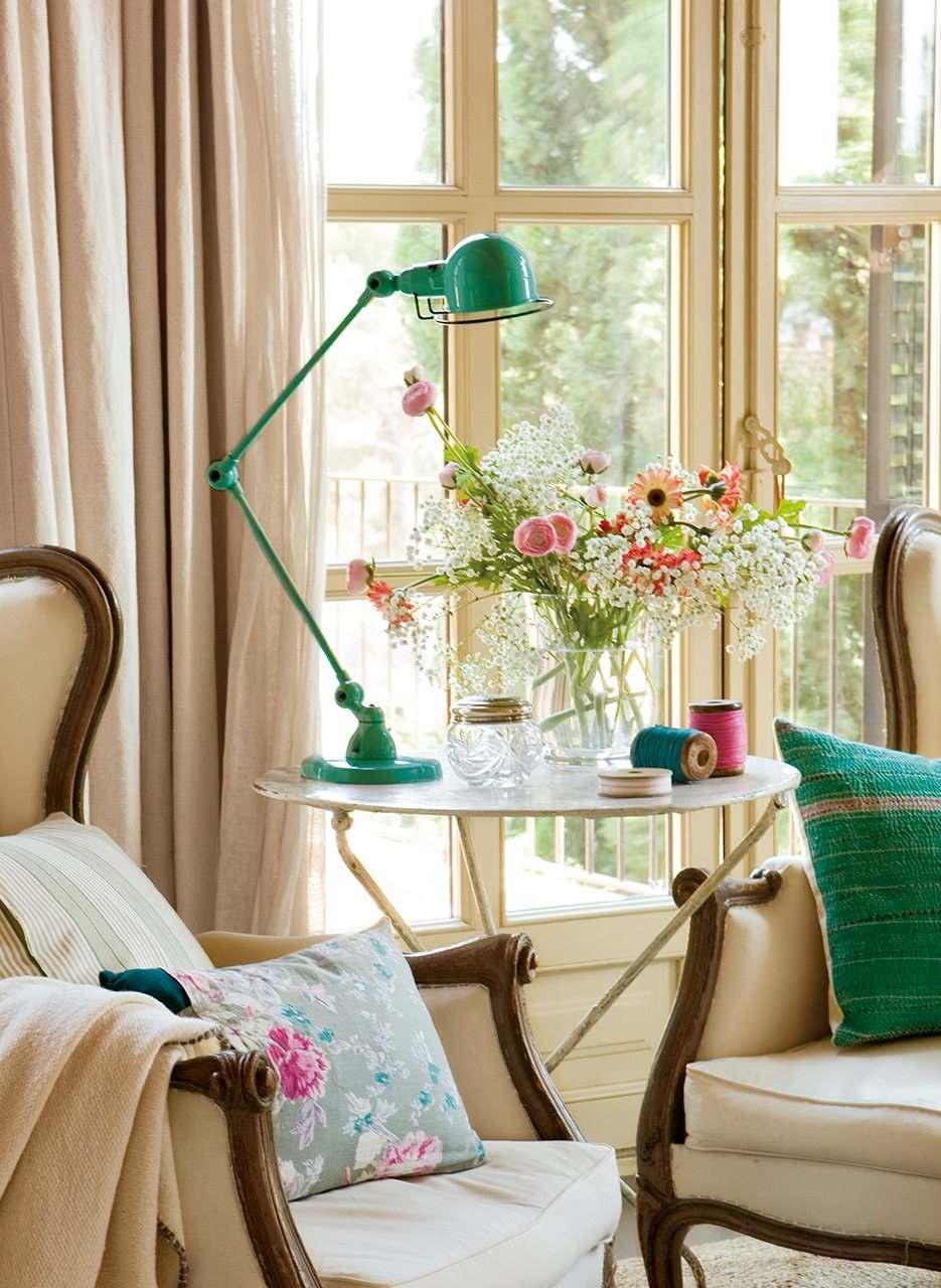 Красивая бежево-голубая спальня в винтажном стиле3