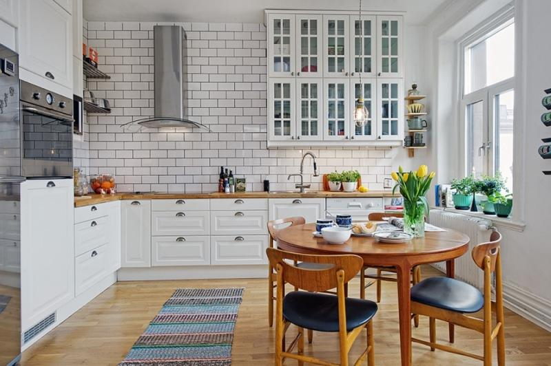 Белая кухня с деревянной столешницей