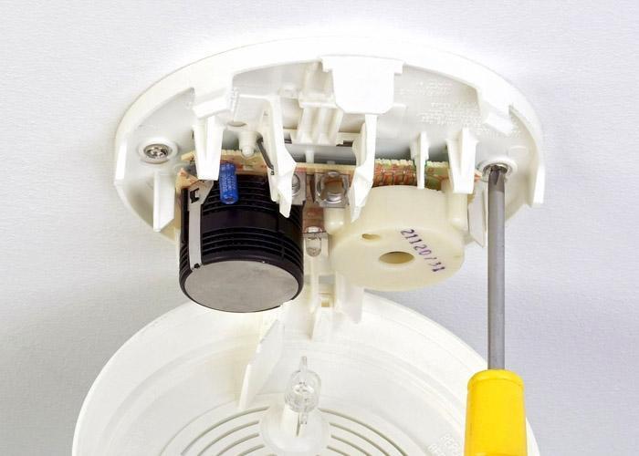 Как самостоятельно установить детектор дыма?