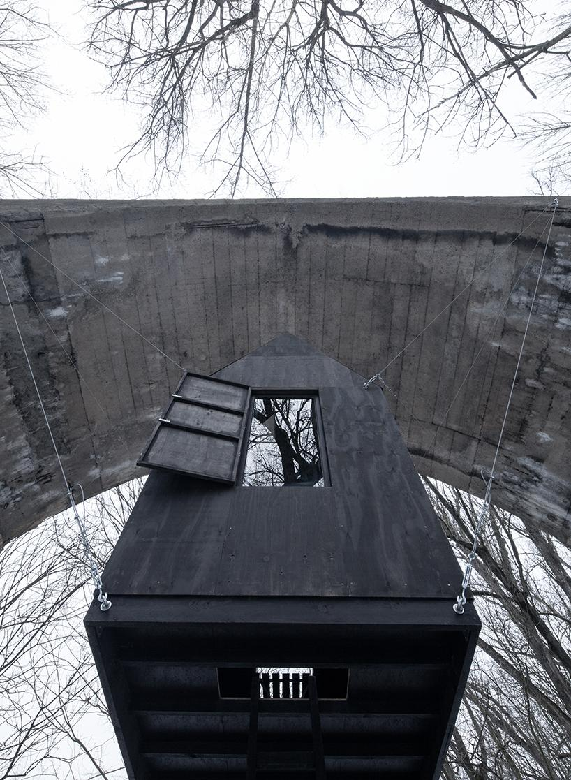 Левитирующий черный дом под мостом в Чехии