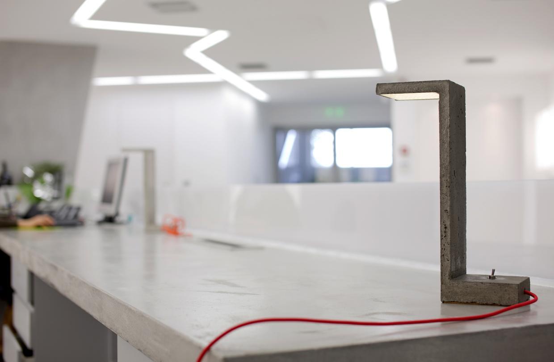 Настольная лампа из бетона