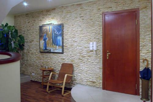 Декоративная отделка камнем в прихожей-kamnem-12