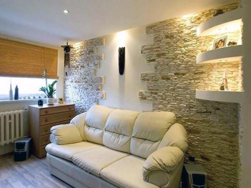 Декоративная отделка стен в гостиной-29