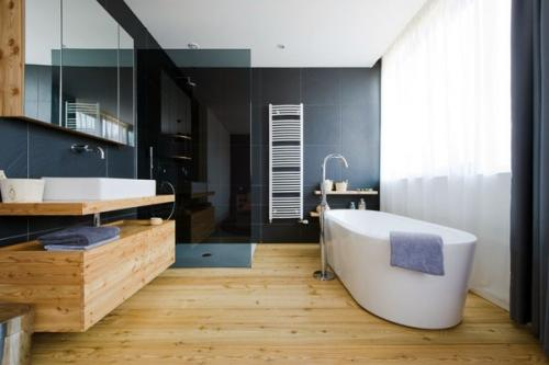 Современная ванная комната с деревянным настилом