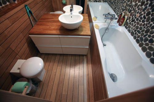 Как выглядит деревянный пол в ванной