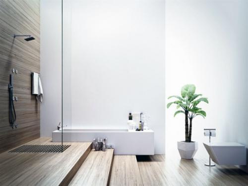Современная ванная в белых тонах с деревянным полом