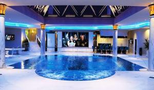 Современный дизайн крытого бассейна