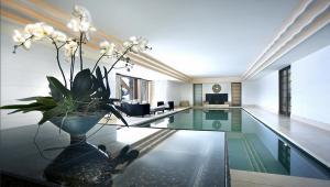 Современный крытый бассейн с минималистским дизайном