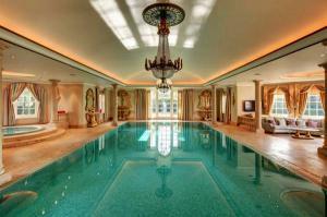 Удивительный бассейн проектирует волоконно-оптический потолок с звездным небом