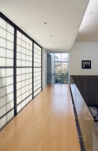 современный зал в стиле японского