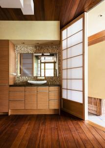современный дизайн ванной комнаты раздвижные двери