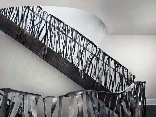 Современная лестница с поручнями из нержавеющей стали