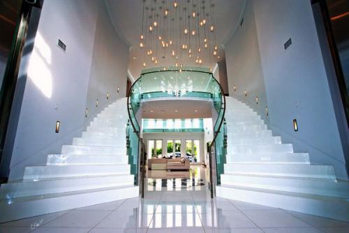 Современная лестница из стекла и стали