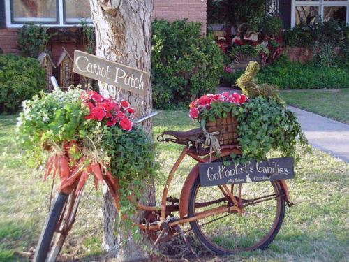 Старый велосипед, украшенный цветами