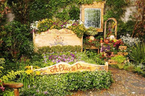 Старая кровать цветочница